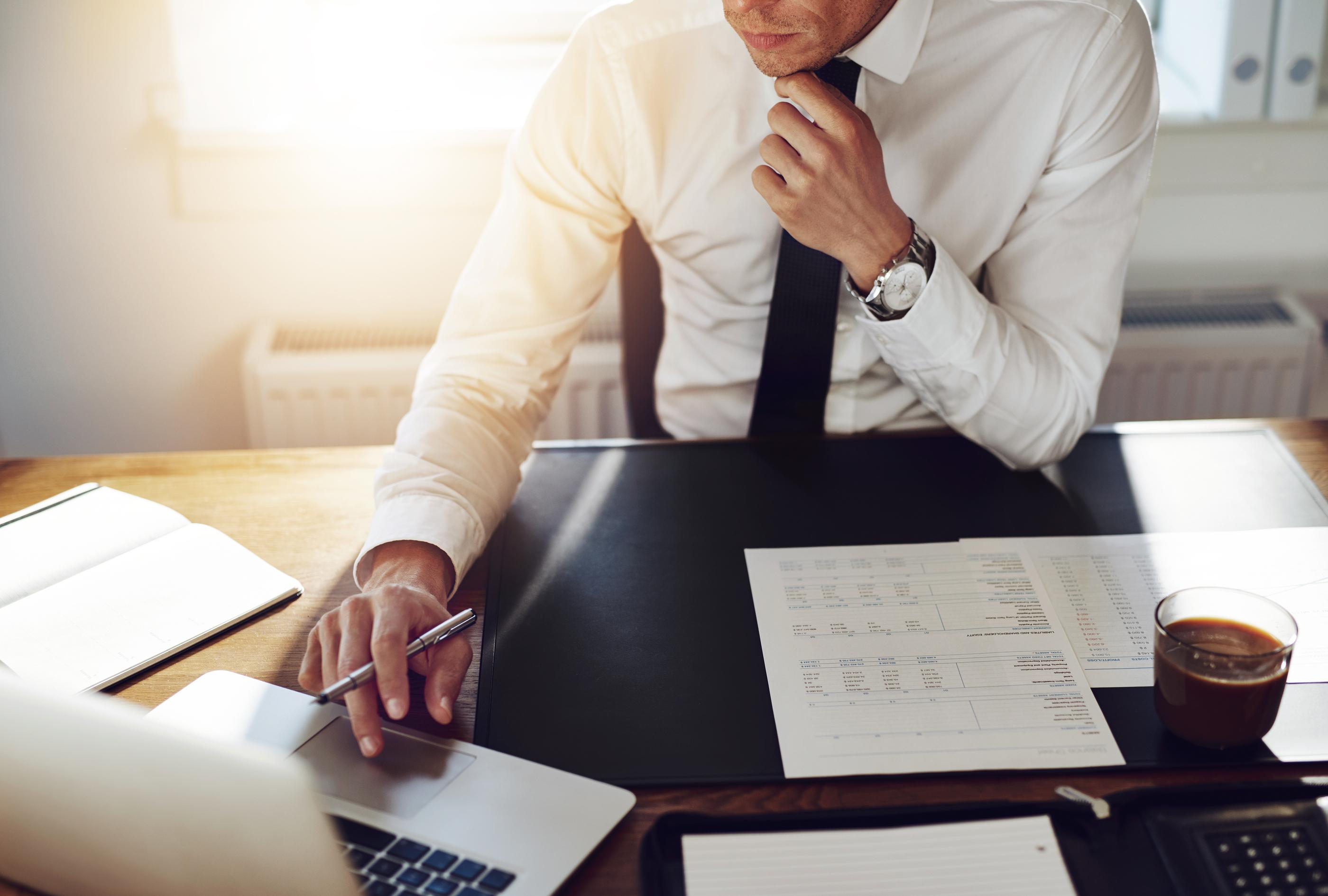 длинные фото парень за столом в офисе практике применяются